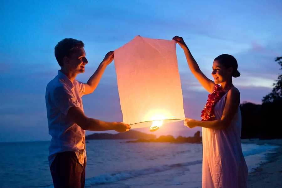 Пара с фонарями